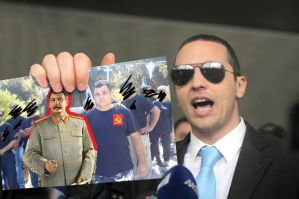 ΜΟΥΦΑΝΕΤ: Ο Ηλίας Κασιδιάρης, ενώ δείχνει στους πουλημένους δημοσιογράφους, την αυθεντική εικόνα του δολοφόνου με τον καθοδηγητή του, διαψεύδοντας έτσι κάθε σχέση του με τη Χρυσή Αυγή. Via http://www.protagon.gr/?i=protagon.el.moyfanet&id=27808